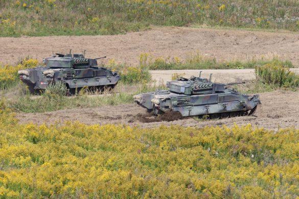 Unter der Deckung der Kampfpanzer rücken die Ulan zum Angriffsziel vor © Doppeladler.com