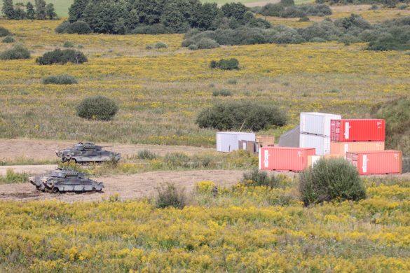 Die Schützenpanzer erreichen das Lager © Doppeladler.com