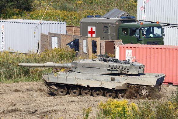 Die Kampfpanzer erreichen das Ausbildungslager der Extremisten © Doppeladler.com