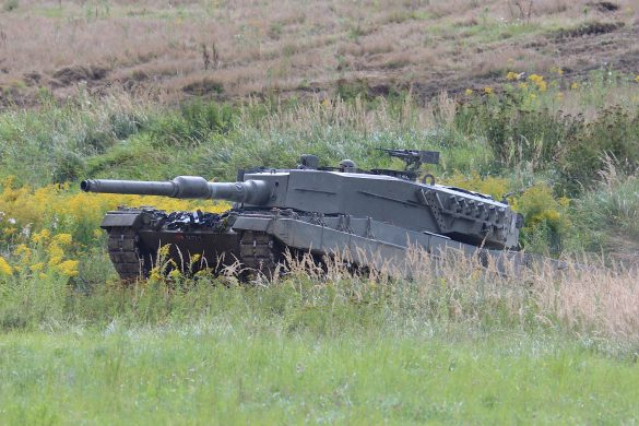Kampfpanzer Leopard 2A4 überwindet einen Graben © Doppeladler.com