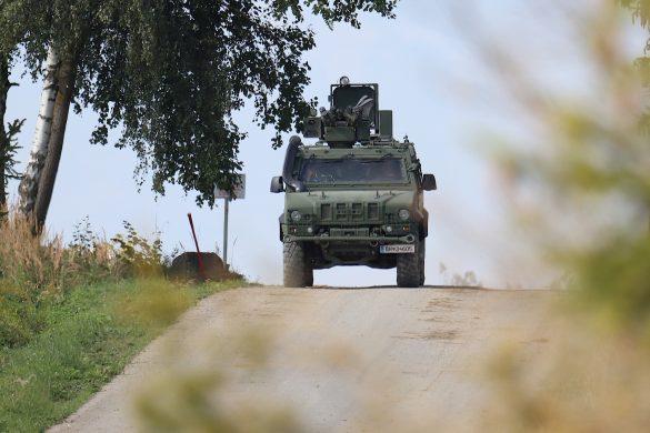 Über das Lautsprechersystem warnt der PSYOPS Husar die Bevölkerung vor einem bevorstehenden Einsatz des Bundesheeres © Doppeladler.com