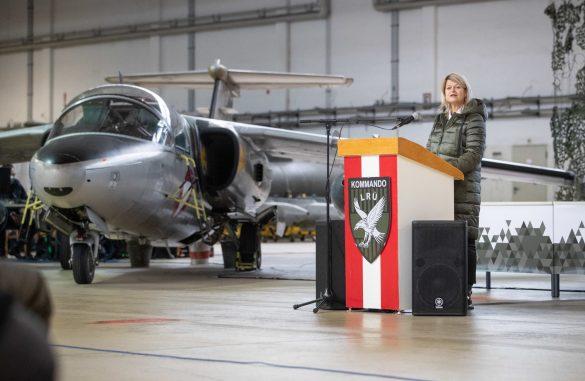Ministerin Tanner bei der Fly-Out-Zeremonie am 11.12.2020 © Bundesheer